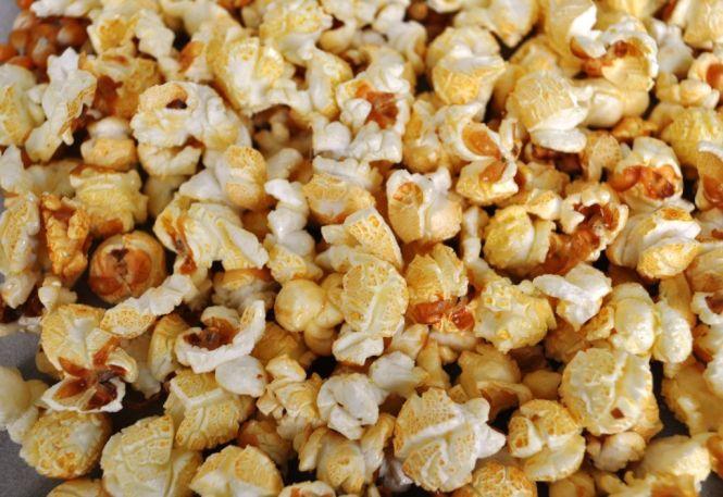 Fertiges Popcorn natur im Kunststoffsack im Karton