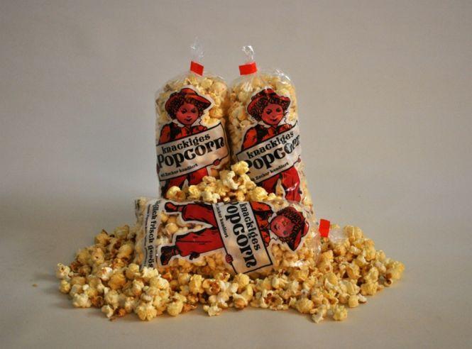 Fertiges Popcorn süß in großen Popcorntüten im Karton